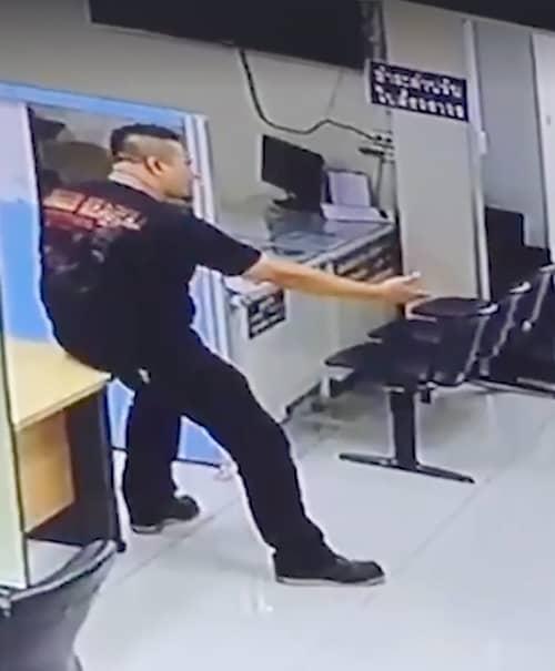 Cântăreţul a scos cuţitul într-o secţie de Poliţie din capitală. În loc să îşi scoată pistolul, poliţistul s-a aşezat pe birou şi… ce a urmat e incredibil!