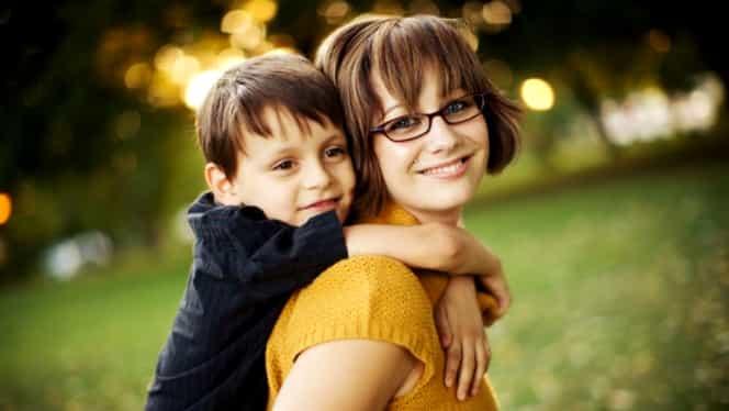 Nou ajutor social de la Guvern! Proiectul prin care familiile monoparentale vor primi 1900 de lei de la stat