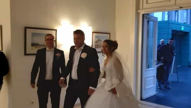 O mireasă din România a votat chiar în ziua nunții. Femeia a mers la vot în Germania însoțită de nuntași. Foto