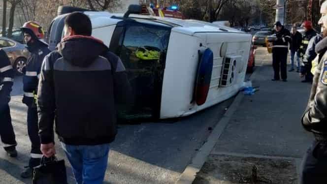 O dubă s-a răsturnat după ce a fost lovită în trafic, în București. Două mașini au fost avariate. O polițistă de 21 de ani, rănită