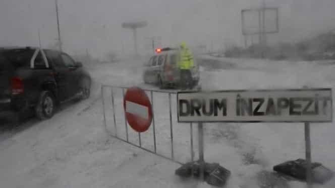 România sub zăpadă. Circulaţie oprită pe zeci de drumuri! 107 de trenuri sunt anulate