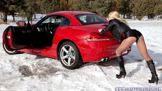 A dat prima zăpadă şi blonda asta a comis-o! S-a dus cu maşina sport de fiţe spre pădure şi a rămas înzăpezită!