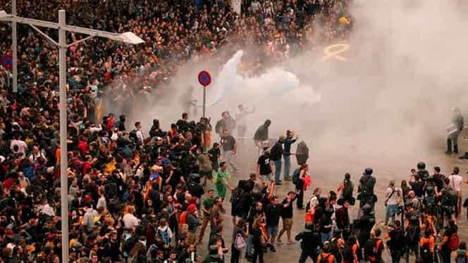 Violențe în centrul Barcelonei! Separatiștii au incendiat mai multe mașini și au aruncat cu acid în polițiști
