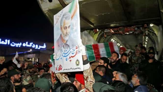 Trupul neînsuflețit al generalului Qassem Soleimani a ajuns în Iran! Oamenii au ieșit pe străzi să-i aducă un ultim omagiu