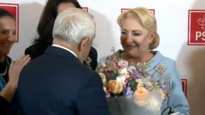 Viorica Dăncilă, cadou la discursul de plecare din Guvern! Petre Daea i-a oferit un buchet de flori. Foto