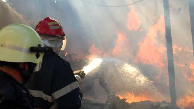 Incendiu devastator în Sectorul 5 al Capitalei! Flăcările au ajuns până la un bloc cu 50 de locuințe!