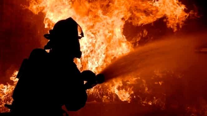 Casă mistuită de flăcări în Bistrița-Năsăud. O persoană intoxicată cu fum a ajuns de urgență la spital