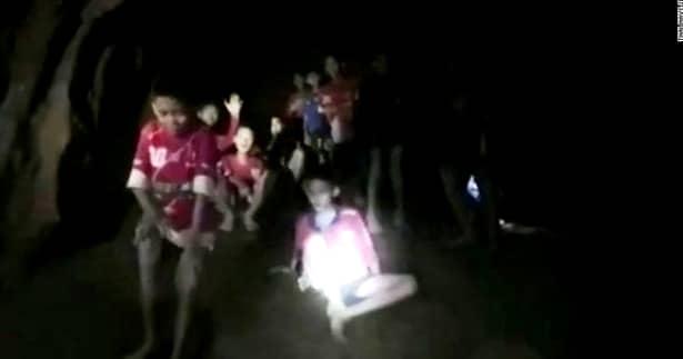 Cei 12 copii blocați în peștera din Thailanda, de două săptămâni, au scris mai multe scrisori în care le transmit rudelor să nu se îngrijoreze, căci sunt puternici și vor face față operațiunii de salvare.
