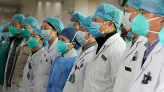 Lupta împotriva coronavirus, tot mai grea. Un medic chinez a murit, costumele de protecție sunt pe terminate, iar cadrele medicale poartă pamperși