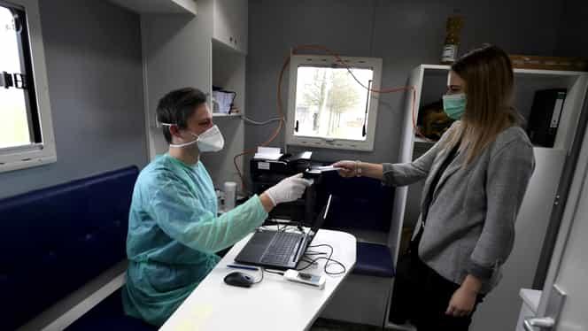 """Precizările unui medic român din Franța, despre coronavirus: """"Dacă treci pe stradă pe lângă un bolnav, probabilitatea să iei virusul e practic zero"""""""