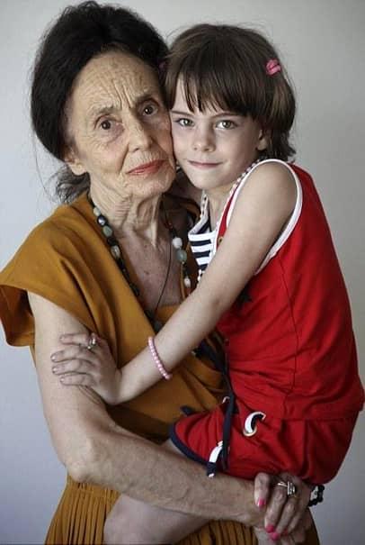 Eliza Iliescu a avut la Evaluarea Națională 2018 media 6,52, în urma notei slabe pe care a obținut-o la matematică. La Limba Română, adolescenta a obținut nota 8,50, dar la matematică a obținut doar: 4,55. Cum își dorea să-și facă mama mândră și să intre la un liceu mai bun, fata celei mai bătrâne mame din România a depus contestație. Aceasta se pare că este o sabie cu două tăișuri, așa că Eliza a avut parte de o surpriză foarte neplăcută! Nota finală a fost și mai mică: 6,15.