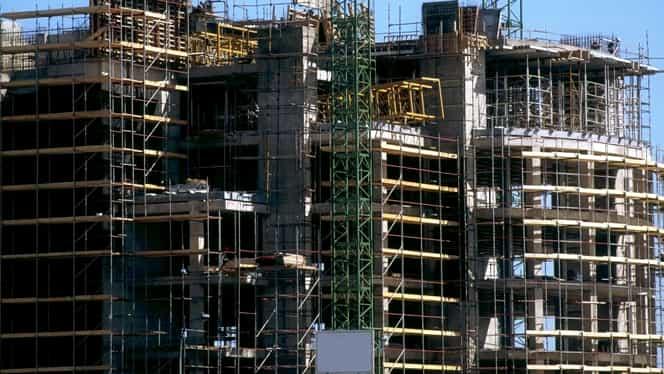 Un muncitor din Constanța a murit după ce a căzut de la etajul patru al blocului la care lucra. ITM și polițiștii cercetează cazul