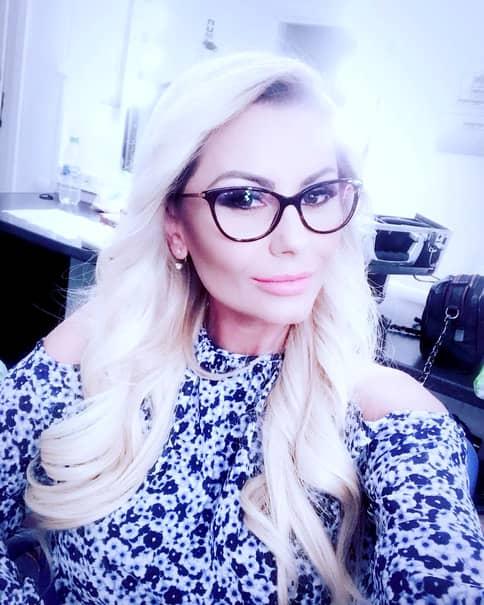 Una dintre schimbări constă în faptul că Emilia poartă, de fapt, ochelari, lucru pe care oamenii nu îl știu despre ea