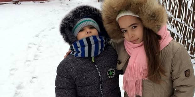 Aceşti doi copii au fost daţi în consemn la frontieră! Adevărul dureros din spatele imaginilor