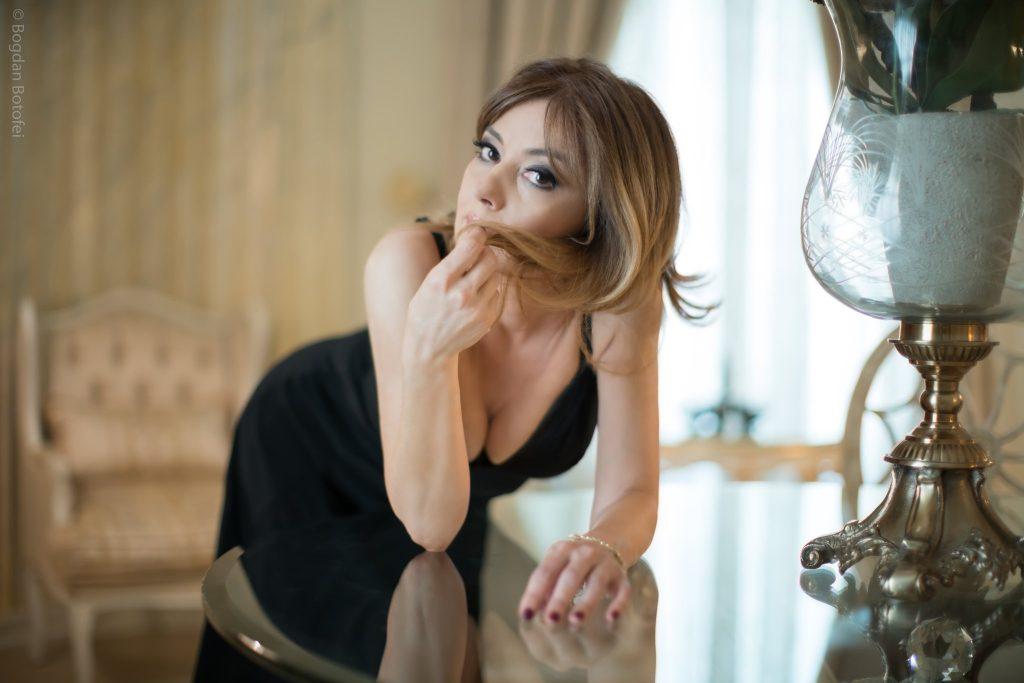 Oana Sârbu, imagini sexy la 50 de ani! A renunţat la haine şi s-a pozat aşa! Cum poate să arate