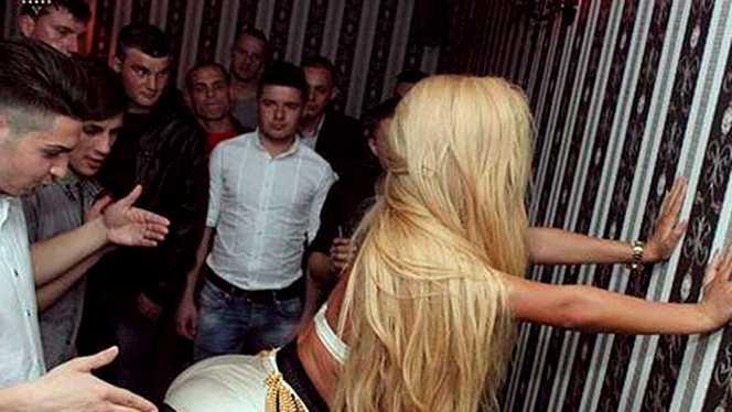 O vedeai seara de seara la TV, iar acum danseaza prin cluburi obscure! Cine e vedeta de la noi care a ajuns sa fie filmata asa!