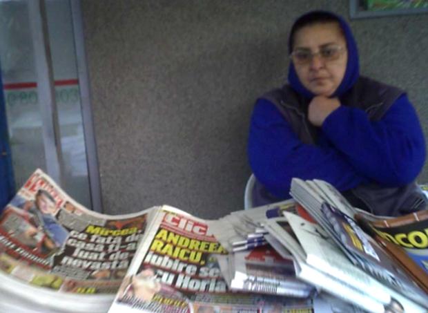 Fiul ei e MILIONAR, dar ea vinde ziare la taraba! Povestea INCREDIBILA! Galerie FOTO