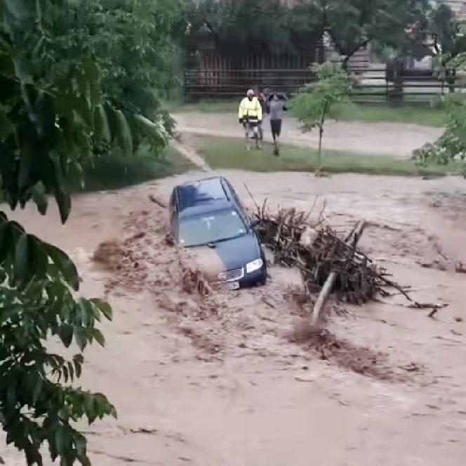 Mașina a fost luată de ape, oprindu-se într-un mal de pământ și crengi