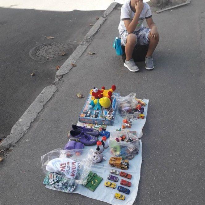 Băiețelul din Chișinău care își vinde jucăriile îii îndeamnă pe oameni să îi dea ce sump vor și apoi să își aleagă o jucărie