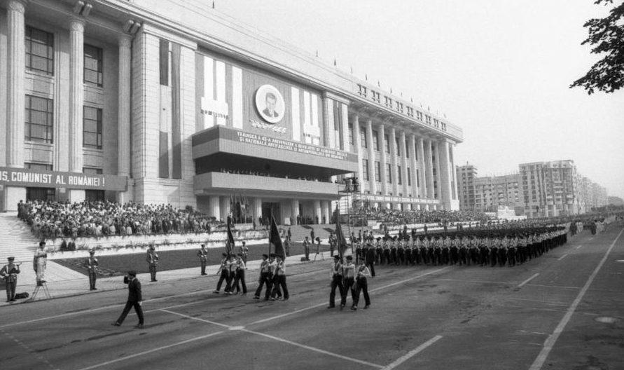 Ultimul 23 August al soților Ceaușescu, defilarea din fața CAsei Radio. peste 4 luni aveau să fie împușcați la Târgoviște
