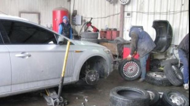 cele mai bune cauciucuri de iarnă trebuie să beneficieze de o montare corectă pe jeantă, într-un service specializat, sub o atentă supraveghere