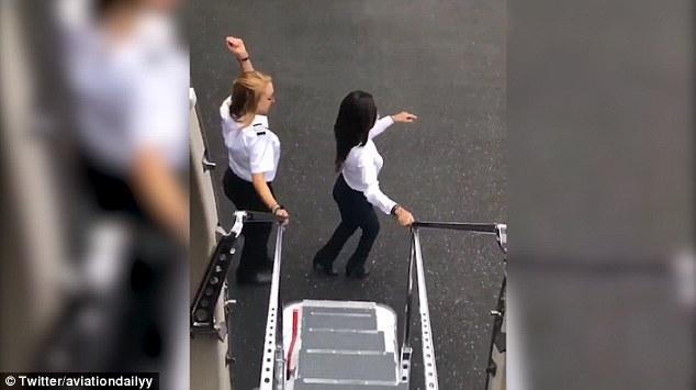 VIRAL! Kiki Challenge: Pilotul a sărit din avion și a început să danseze pe melodia lui Drake: Kiki, do you love me