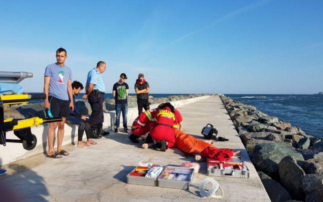 Marea neagră a mai luat o viață! Conform datelor furnizate de IPJ Constanța, trupui unei femei a fost găsit fără suflare la malul Mangaliei, marți(7august).