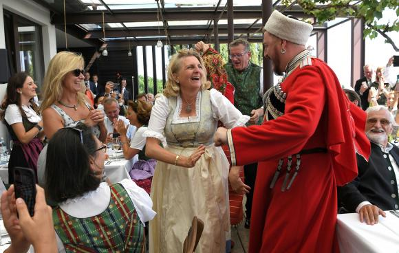 Fotografiile de la nunta lui Karin Kneissl(53) arată că cei doi, în timp ce dansau, discutau diferite lucruri