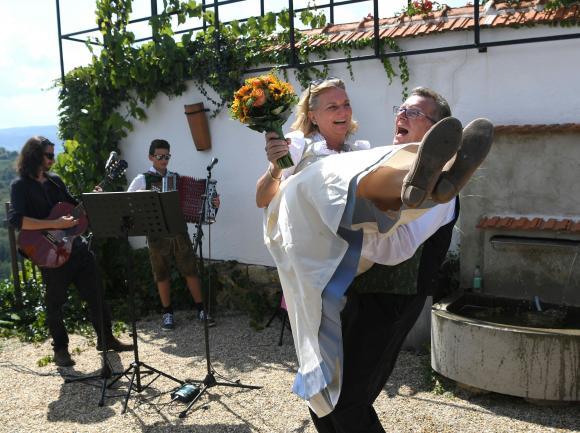 Scandal din cauza lui Putin! Președintele rus a ieșit la dans, sâmbătă, acompaniat fiind de șefa diplomației austriece, Karin Kneissl. În cadrul unei nunți, șefa diplomației l-a invitat pe Putin la dans.