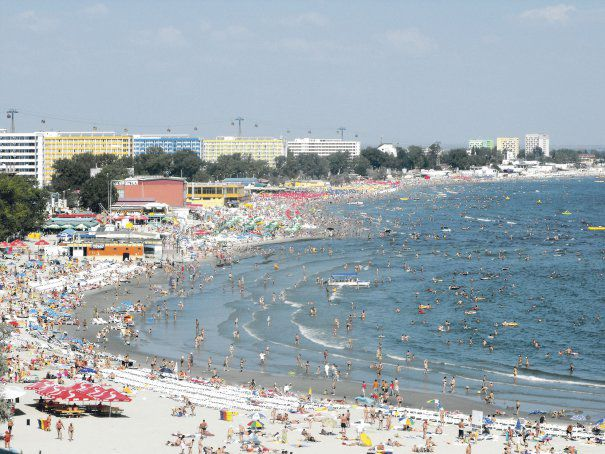 Evoluția turismului pe litoralul românesc În urma unui studiu făcut în anul 2010, unul dintre punctele forte ale turismului românesc este Marea Neagră. Exceptând zonele din Delta Dunării, litoralul românesc este amenajat și exploatat pe o distanță de 82 de km, până în acel an. Acesta reprezintă o parte din șărmul occidental al Mării Negre și se întinde de la granița cu Ucraina, până la cea cu Bulgaria. Orașele cle mai căutate, unde se află majoritatea atracțiilor turistice, este județul Constanța.