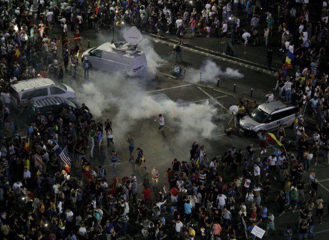 Taximetristul care îi ducea pe turiștii bătuți de jandarmi la protest, a depus plângere la Parchetul Militar