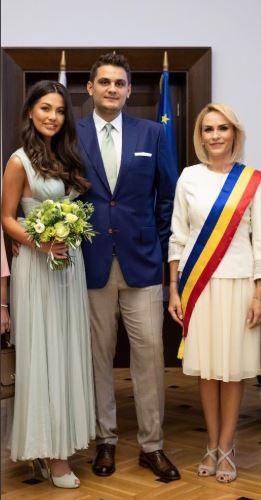 Cununia civilă a fost oficiată de către Primarul Capitalei, Gabriela Firea.