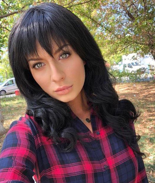 Ana Baniciu și-a schimbat radical look-ul! Cantareata poartă o perucă brunetă