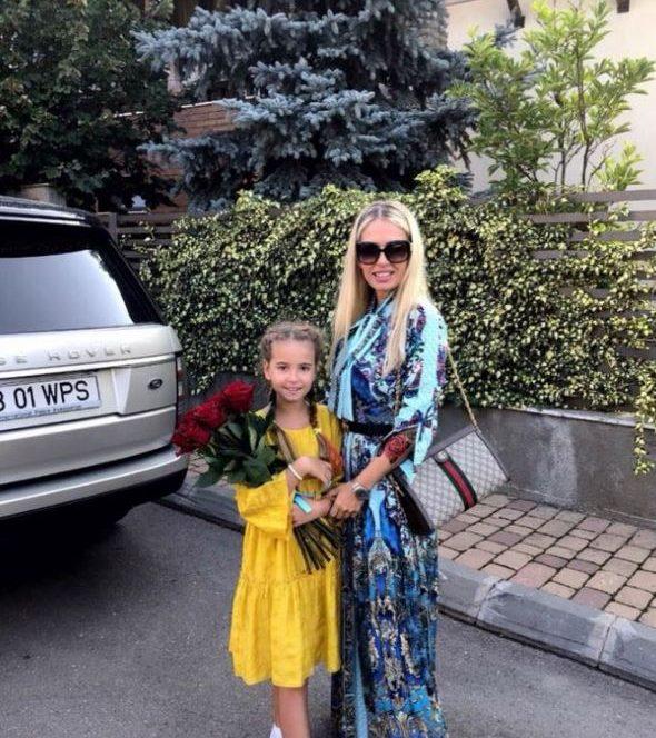Andreea Bănică împreună cu fiica sa, Sofia, în primele clase