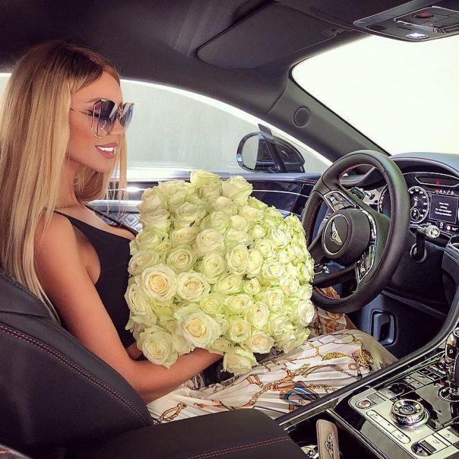 Bianca Drăguşanu s-a pozat la volanul maşinii extrem de scumpe