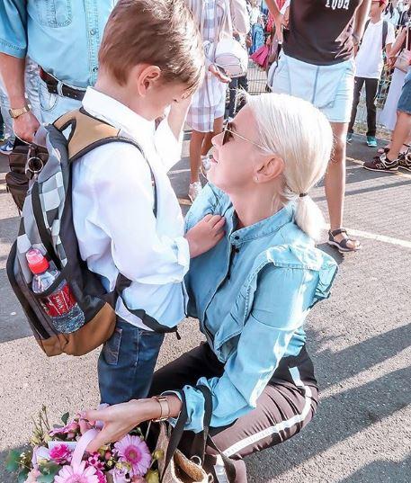 Cătălina Grama alături de fiul ei din prima căsătorie, Achim, în anul nou școlar