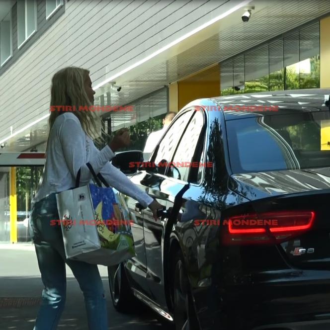 Fiica lui Cristian Boureanu își pune geanta în mașină. Ea a fost la cumpărături, alături de tatăl său, cu care a avut o relație mai puțin liniștită, în ultima perioadă