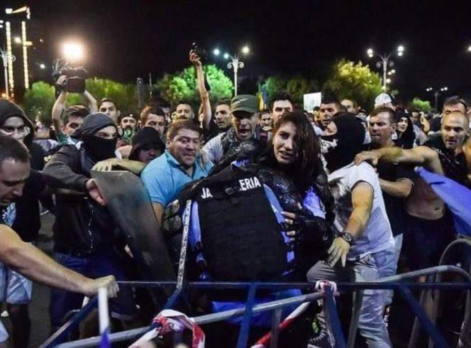 Femeia jandarm, bătută în timpul protestelor de pe 10 august
