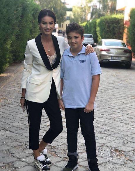 Geanina Ilieș alături de fiul său , Patrick, în noul an din clasa a șasea