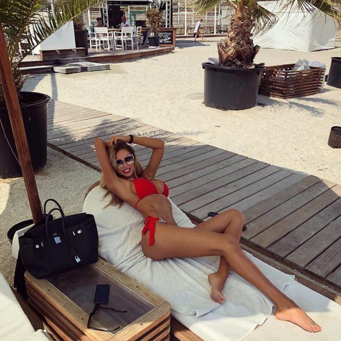 Imagini sexy cu Bianca Drăgușanu la plajă! Vedeta credea că nu o vede nimeni, însă noi avem fotografiile