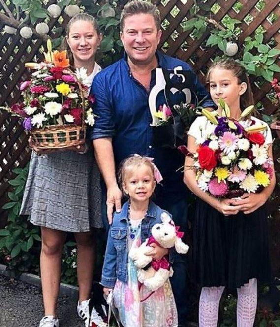 Pavel Bartoș se poate mândri cu cele trei fete care îi seamănâ foarte tare. Acestea pozează lângă frumusețile lui care încep noul an școlar