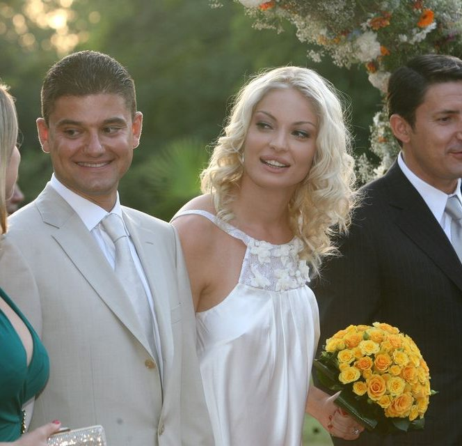 Valentina Pelinel se căsătorește astăzi cu milionarul Cristi Borcea. Fostul manechin este la a doua căsătorie. În anul 2007, blondina se căsătorea atunci cu politicianul Cristian Boureanu și se declara foarte fericită, într-o rochie de mireasă foarte sexy.