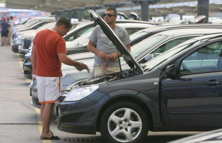 """Chiar luată de pe site-urile auto din Germania, mașina trebuie văzută și verificată înainte de încheierea """" afacerii"""" și, mai ales, înainte de achitarea banilor"""