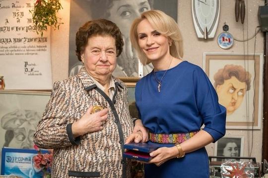 Tamara Buciuceanu alături de Gabriela Firea, primarul Capitalei la înmânarea premiului de Onoare
