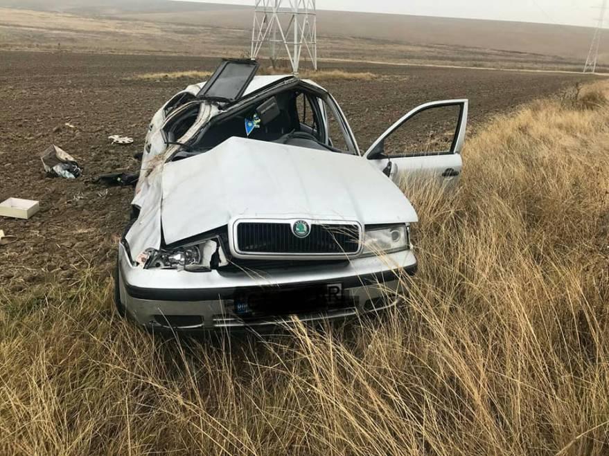 Femeia de 29 de ani circula cu mașina pe DJ 392. Polițiștii care au ajuns la fața locului spun că autoturismul era răsturnat în afara părții carosabile. Tot ei au apreciat, fără a termina însă cercetările la fața locului, că accidentul s-ar fi produs din cauza neadaptării vitezei la intrarea în curbă.