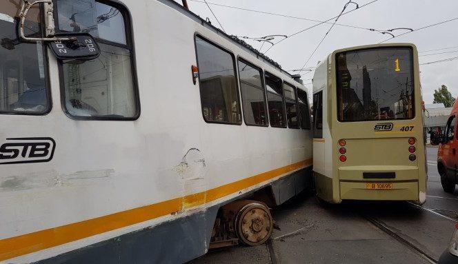 Cele două tramvaie ciocnindu-se la intesecția Calea 13 Septembrie cu Șoseaua Progresul