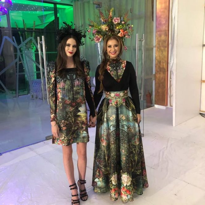 Anamaria Prodan Reghecamph alături de fiica sa la prima prezentarea de modă a celor două pe același podium