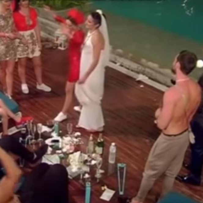 Andreea la petrecerea de nuntă alături de domnișoarele de onoare care sunt concurente la Insula iubirii