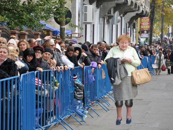 Credincioșii așteptând rândul la moaștele Sfintei Mucenițe Parascheva