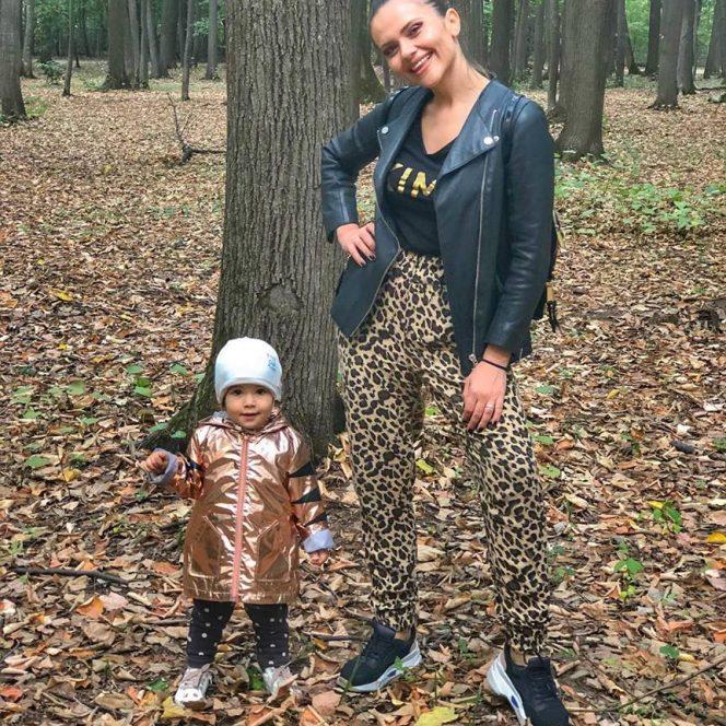Cristina Șișcanu la plimbare cu fetița ei, Petra